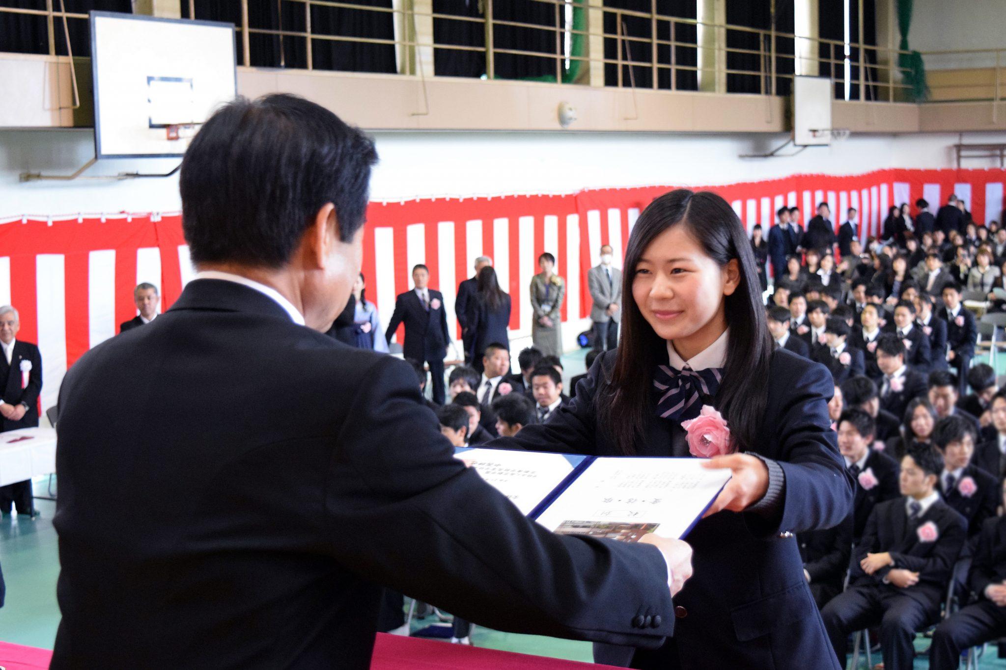 平成26年度「卒業証書授与式」を行いました。 少し照れくさそうに、そして誇らしげに入場した卒業生一同は、一人ひとり校長先生から卒業証書を受け取ると、お世話に